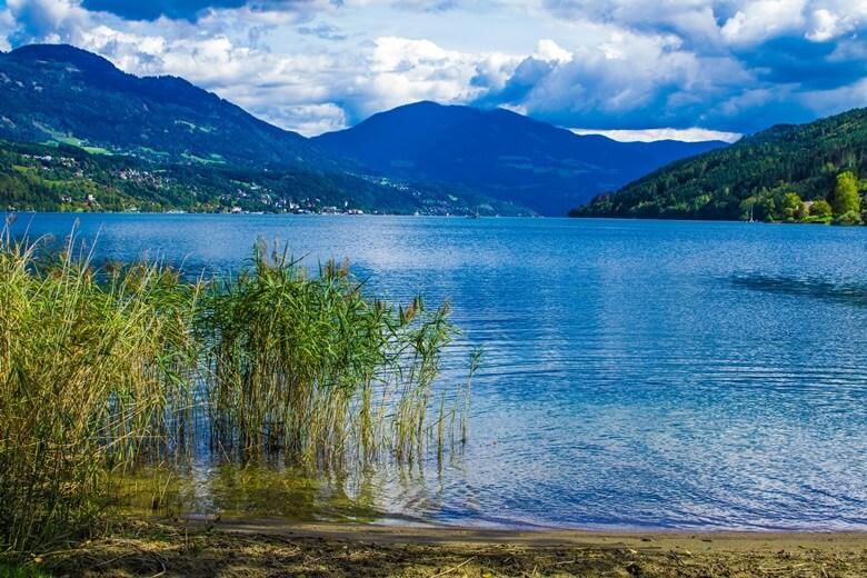 Badeufer am Millstätter See mit Blick auf Berge in Österreich