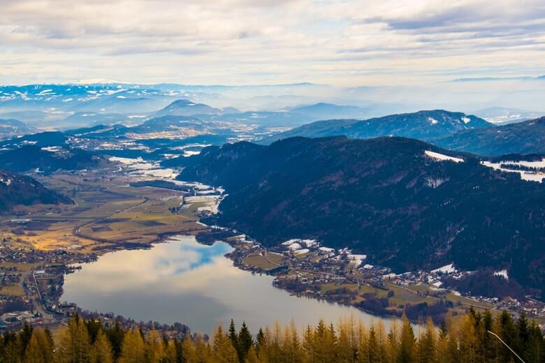 Blick über den Ossiacher See und die Berge in Österreich