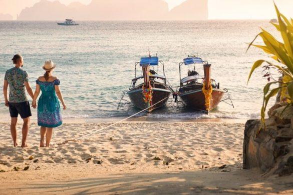 Pärchen am Strand bei Sonnenutnergang