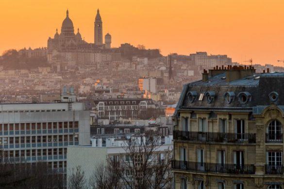 Blick über Montmartre in Paris bei Sonnenuntergang
