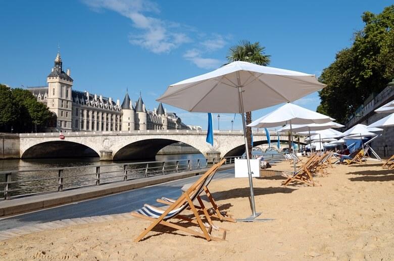 Stadtstrand Paris Plages an der Seine an einem sonnigen Tag