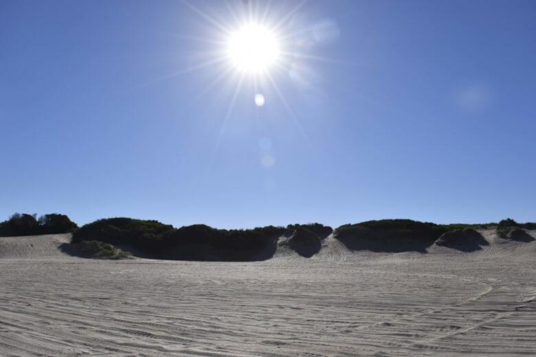 Der sonnige Sandstrand von Pinamar in Argentinien