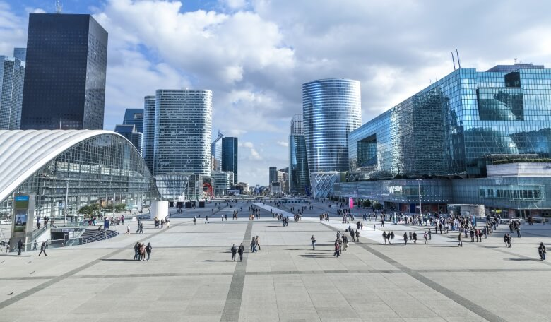 Moderne Glasbauten im Quartier La Defense in Paris