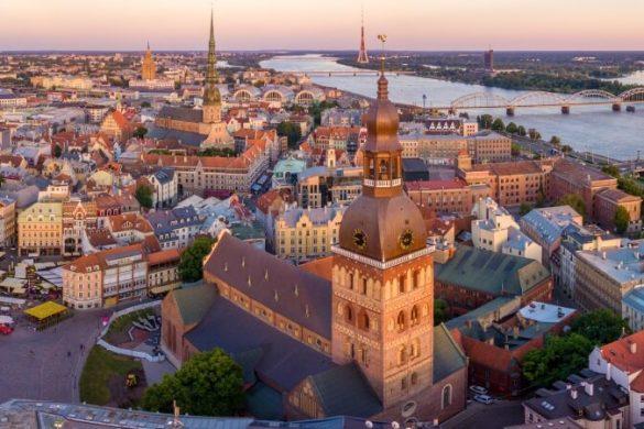 Skyline von der lettischen Hauptstadt Riga bei Sonnenuntergang