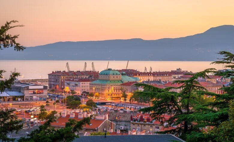 Blick über Rijeka in Kroatien bei Sonnenuntergang