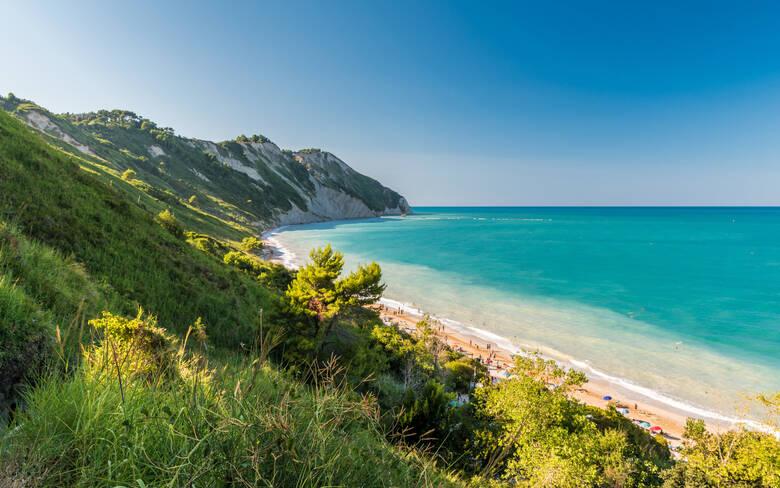 Der Mezzavalle Strand an der Conello Bucht in Italien