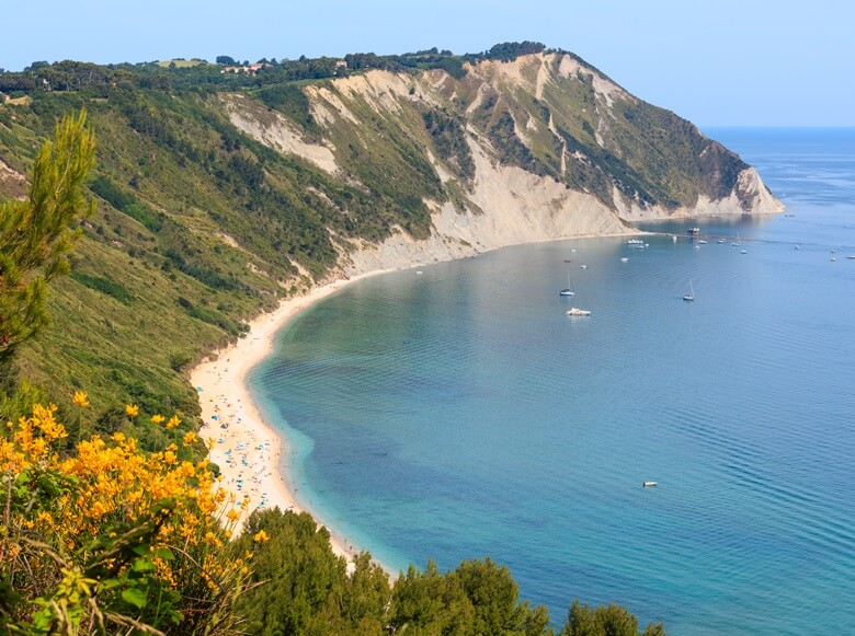 Blick über Bucht Portonuevo an der Riviera des Conero in Italien