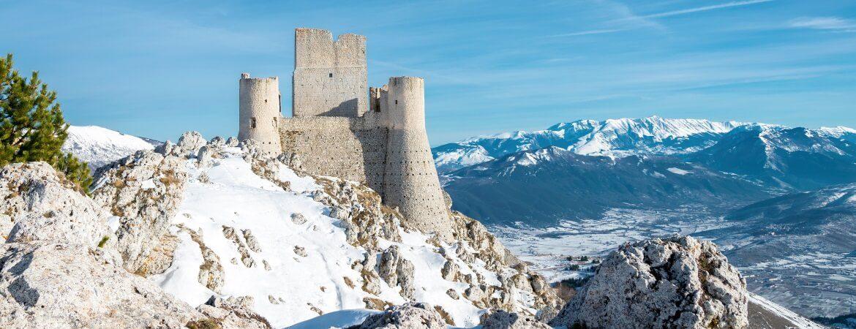 Rocca Calsacio in den Abruzzen in Italien bei Schnee