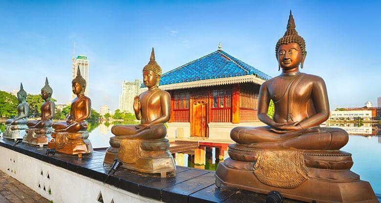 Buddhas vor dem Seema Makala Tempel in Sri Lanka