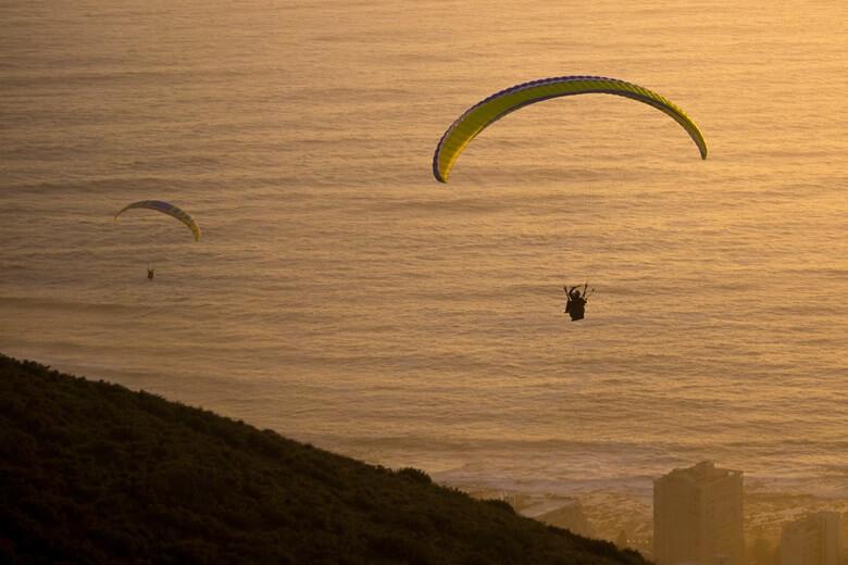 Paragliding in den Sonnenuntergang von Kapstadt am Signal Hill
