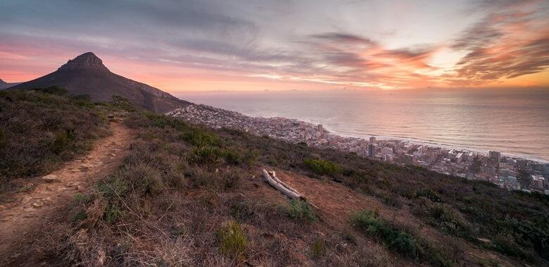 Ausblick auf Sonnenuntergang und das Meer vom Signal Hill in Kapstadt