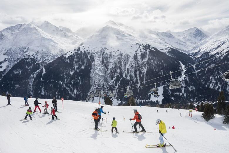 Skifahrer in Tirol vor Bergkulisse