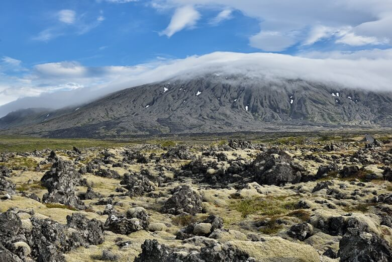 Vulkan Snaefellsjoekull in Island mit Lavafeld im Vordergrund