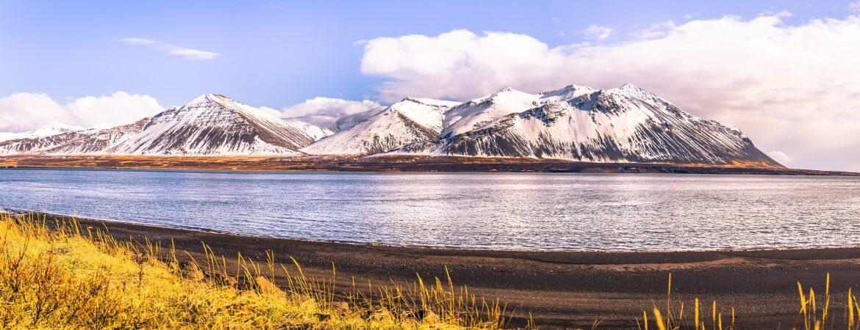 Blick auf den Vulkan Snaefellsjoekull in Island vom schwarzen Strand im Nationalpark
