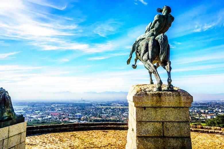 Blick auf Kapstadt vom Cecil Rhodes Memorial am Fuß des Tafelberges