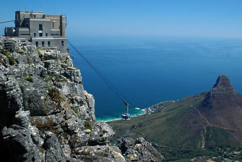 Gondel vor dem Tafelberg am Kap der guten Hoffnung in Südafrika