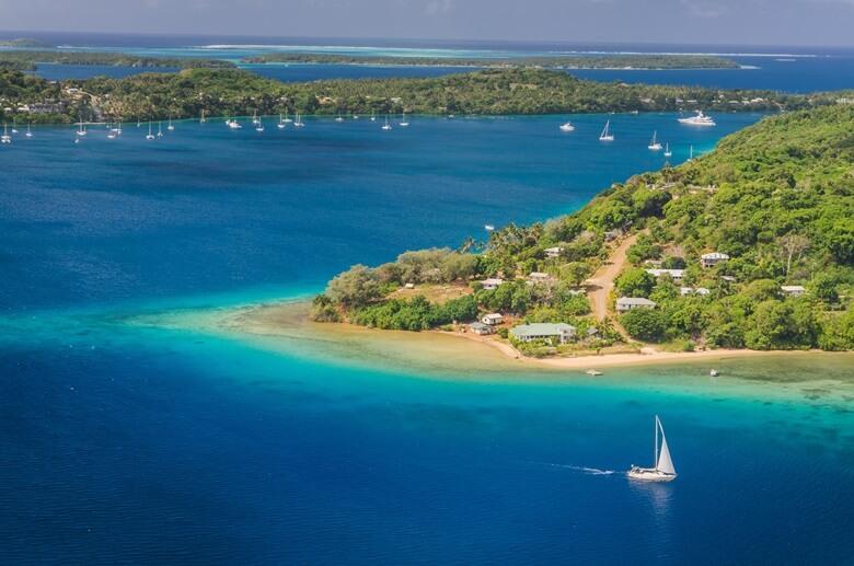 Yachten vor der Insel Tonga in Polynesien