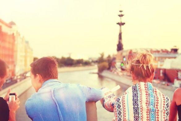 Vier Freunde, die gemeinsam Urlaub in einer Stadt machen