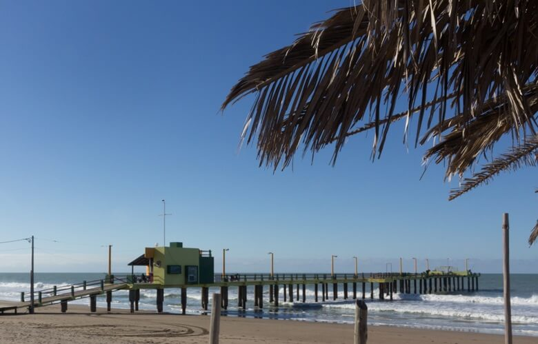 Steg am Strand von Villa Gesell in Argentinien