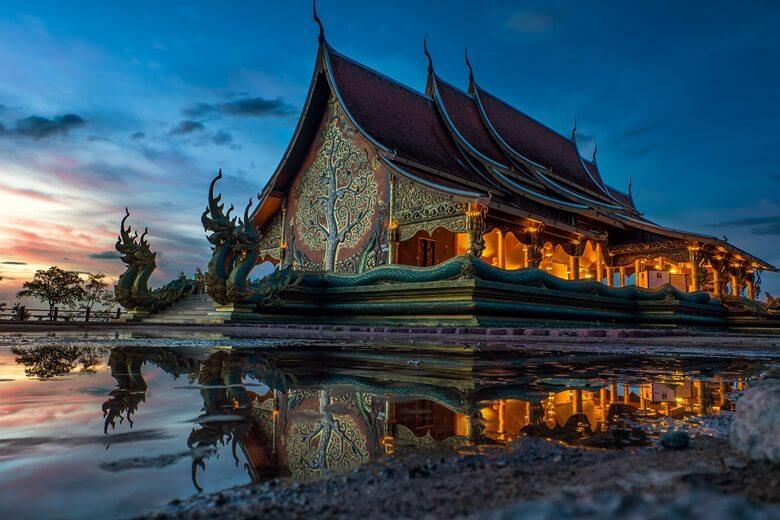 Tempel Wat Sirintornwararam in Isan, Thailand, bei Nacht