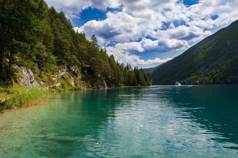 Blick über den Weißensee in Österreich