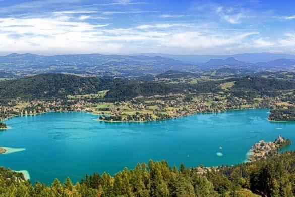 Blick über den blauen Wörthersee und Umgebung in Österreich