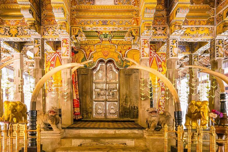 Der prunkvolle Zahntempel in Sri Lanka von Innen