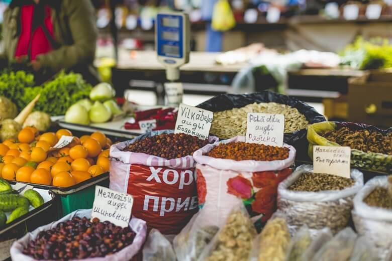 Frisches Obst und Gewürze auf dem Zentralmarkt in Riga, Lettland