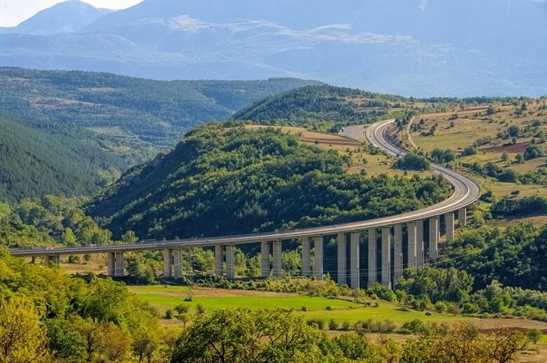 Autobahn durch die Abruzzen im Norden Italiens