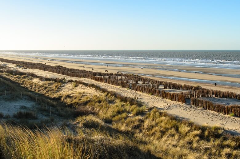 Blick über den Strand von den Dünen aus an der belgische Nordseeküste