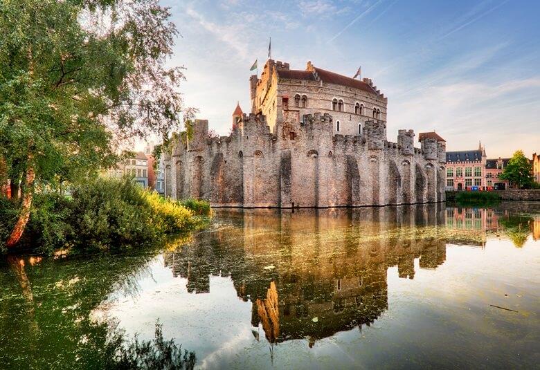 Die Wasserburg Gravenstein an den Kanälen in der belgischen Stadt Gent