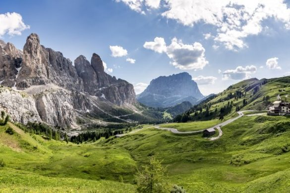 Bergmassiv an der großen Dolomitenstraße im Norden von Italien