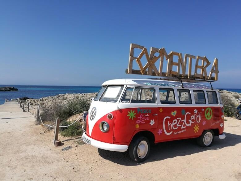 VW-Bus am Strand von Es Pujols auf Formentera