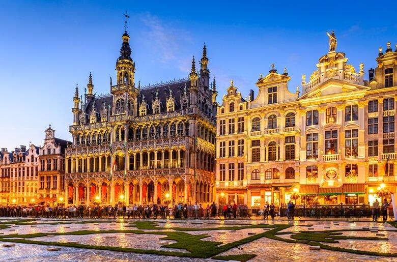 Der bei Nacht beleuchtete Grote Markt in Belgiens Hauptstadt Brüssel