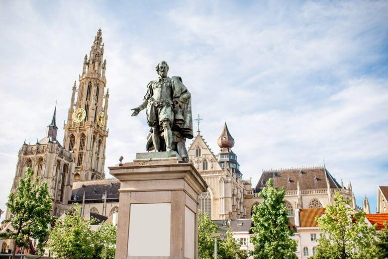 Rubensstatue vor der Liebfrauenkathedrale in der belgischen Hafenstadt Antwerpen
