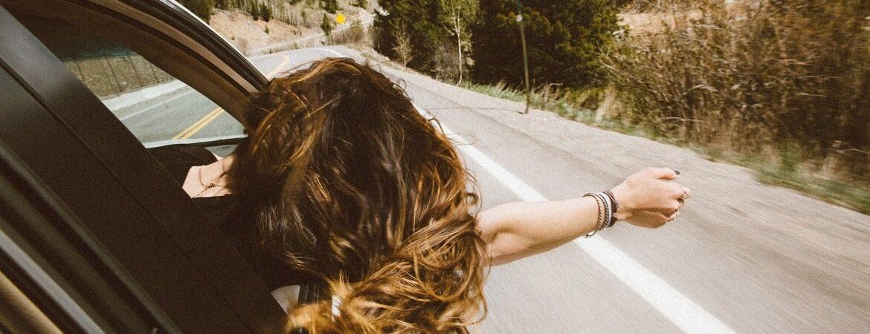 Frau auf einem Roadtrip