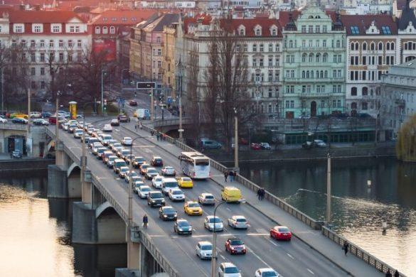 Autos auf der Karlsbrücke in Prag bei Sonnenuntergang