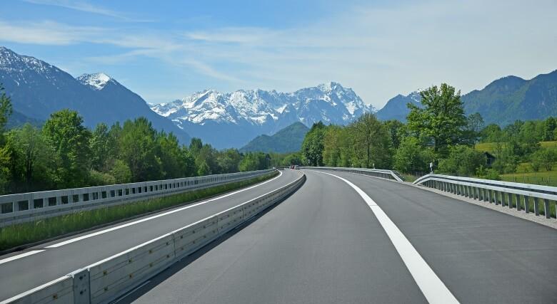 Deutsche Alpenstraße in Deutschland im Frühling