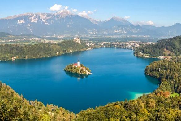 Blick über den Bledsee mit der Kirche St. Maria Himmelfahrt in Slowenien