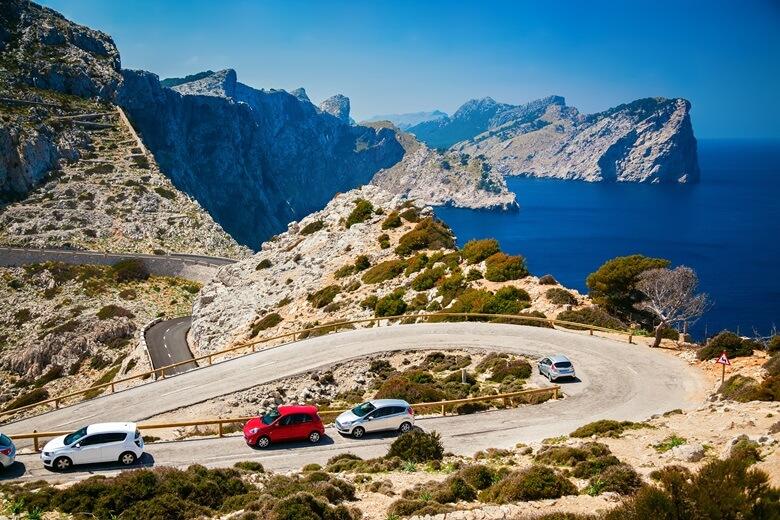 Autos auf dem Cap de Formentor auf Mallorca