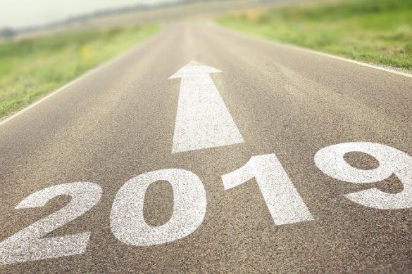 Straße, die ins Jahr 2019 führt