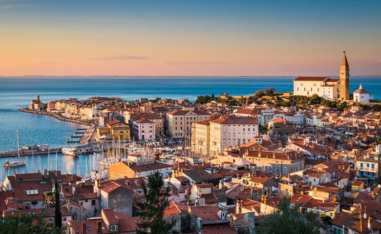 Altstadt und Hafen von Piran in Slowenien