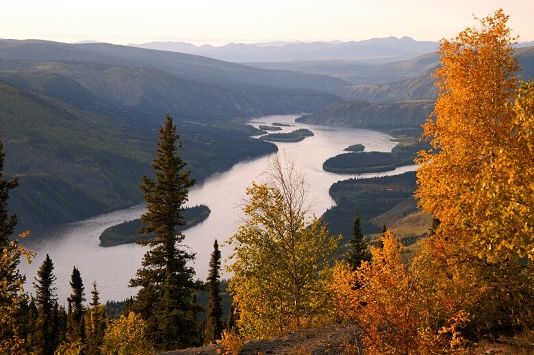 Blick über den Yukon River in Kanada im Herbst