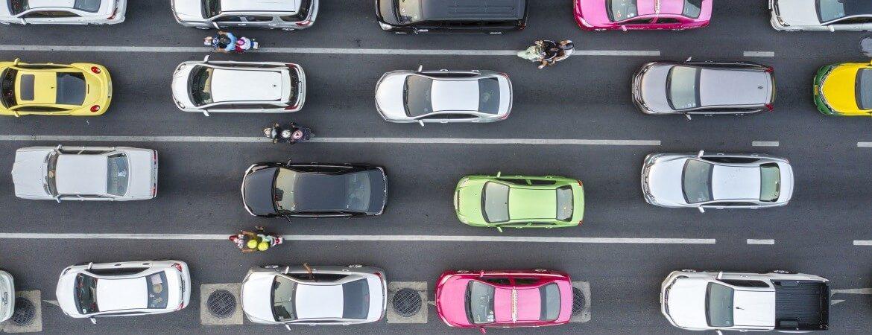 Bunte Autos aus der Vogelperspektive