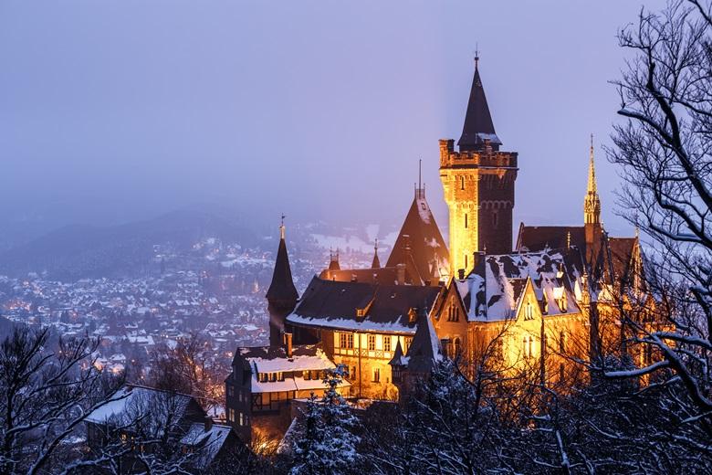 Schloss Wernigerode am Abend in der Harzer Schneelandschaft