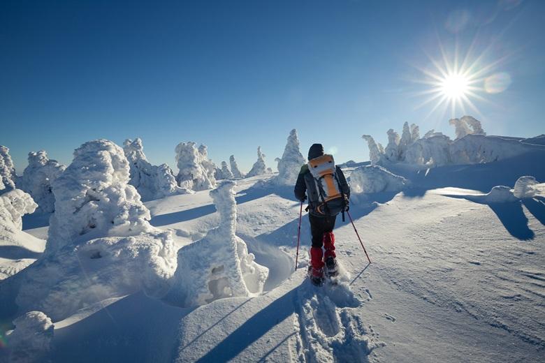 Wandern mit Schneeschuhen beim Winterurlaub im Harz