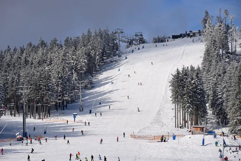 Skifahrer machen Winterurlaub im Harz auf dem Wurmberg