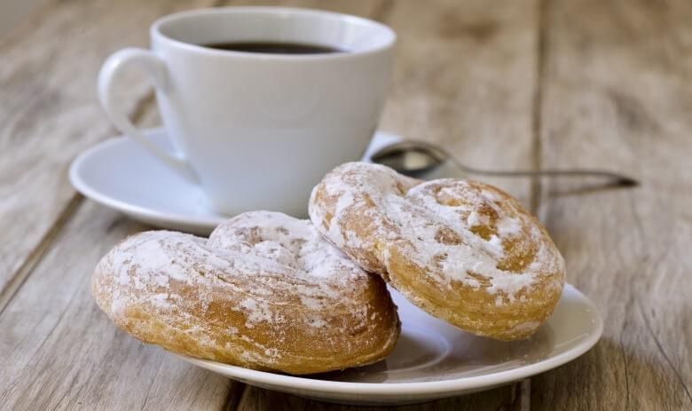 Typisches Mallorca-Essen: Ensaimada mit Kaffee