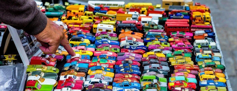 Mann wählt Favoriten aus bunten Spielzeugautos