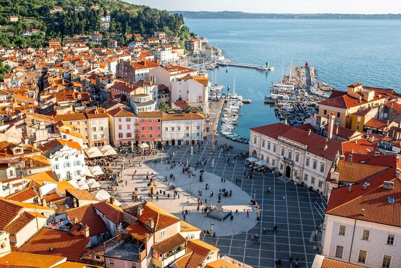 Blick über die Hafenstadt Piran an der slowenischen Adriaküste